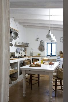 Country Kitchen Design Ideas: Some kitchens are made to be admired at a distance; country kitchens are made to be used. See the entire range of country kitchen style in this photo gallery Rustic Kitchen, Kitchen Dining, Warm Kitchen, Little Nice Things, Sweet Home, Mediterranean Homes, Minimalist Living, Renting A House, Home And Living