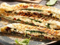 Spinach, feta, mozzarella and Parmesan in one deliciously smoky parcel! Best Dessert Recipes, Pie Recipes, Fun Desserts, Cooking Recipes, Salad Recipes, Braai Pie, Braai Recipes, Beef Skewers, Steak And Mushrooms
