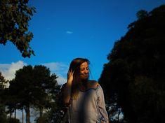 Ensaio fotográfico feminino externo, com elementos de composição. Luz natural de por do sol. Fotografia feminina. Ensaio ao ar livre. Delicadeza em pequenos movimentos nas fotos. Foto: @ferephigenioretratos 📸