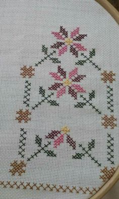 This Pin was discovered by Hül Minnie Baby, Palestinian Embroidery, Cross Stitch Borders, Bargello, Crochet Doilies, Embroidery Stitches, Diy And Crafts, Kids Rugs, Crossstitch
