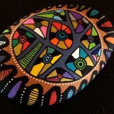 137, galet peint à l'acrylique dans des tons vifs et multicolore, rouge, bleu, noir, jaune, vert métallisé,