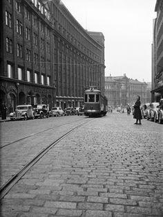 Raitioliikenteen aloituspäivä Kaisaniemenkadulla 26.9.1950. (Kuva Hgin kaupunginmuseo, Bertel Okkola).