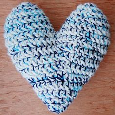 Crochet a quick heart cushion for Valentine's day with this free pattern and photo tutorial! thanks so for share xox