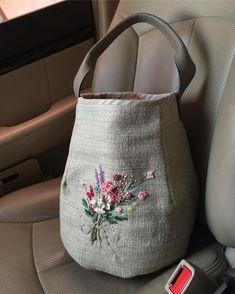 #아뜰리에화양연화#바스켓형햄프가방 #신나는외출 #댄싱니들 #트랄랄라가방#화양연화 #주보은작가 트랄랄라 신나는 외출 Handmade Handbags, Handmade Bags, Japanese Bag, Bag Pattern Free, Embroidery Bags, Fabric Bags, Jute Bags, Knitted Bags, Purses And Bags