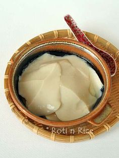 Tau Foo Fah (Soy Bean Pudding) - delicious silken tofu dessert eaten with a clear sweet syrup infused with ginger or pandan. Agar-agar powder is used as the coagulant. Tofu Recipes, Asian Recipes, Cooking Recipes, Recipies, Tofu Dessert, Asian Desserts, Chinese Desserts, Sweet Soup, Almond Cookies