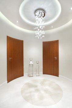 white hall, doors, crystal chandelier | drzwi do  pomieszczeń zabiegowych