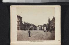 Widok w kierunku północnym z jezdni Krakowskiego Przedmieścia na wysokości kościoła PP Wizytek. Po prawej kamienica, w której Karol Beyer prowadził zakład fotograficzny od września 1857 do maja 1867. Zdjęcie pochodzi z 1861 roku. Kaito, Warsaw, Polaroid Film, Fotografia