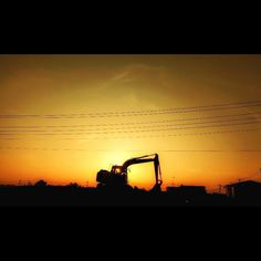 パワーショベルのパワー感を感じた朝の風景 a strong shape #sunrise #againstthelight #excavator #motozplay #日の出 #朝日 #逆光 #パワーショベル#ユンボ