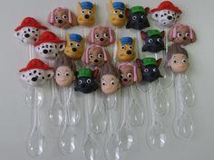 Colherzinhas para brigadeiro de colher decoradas com biscuit tema Patrulha Canina.