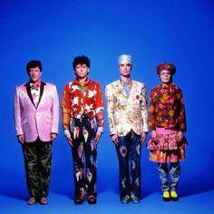 los modelitos que lucen los Talking Heads son de todo mi gusto.