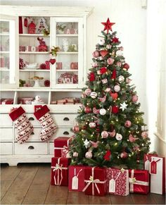 Are you looking for ideas for farmhouse christmas tree? Check out the post right here for perfect farmhouse christmas tree pictures. This specific farmhouse christmas tree ideas seems completely amazing. Elegant Christmas Trees, Silver Christmas Decorations, Traditional Christmas Tree, Christmas Tree Design, Christmas Tree Themes, Noel Christmas, Rustic Christmas, White Christmas, Christmas Decorating Themes