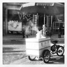 Vendedor de castanhas assadas na cidade do Porto.
