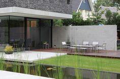 Moderne tuin die de architectuur versterkt