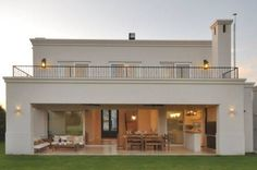 fachada contrafrente: Casas de estilo Clásico por Parrado Arquitectura #casasmodernas
