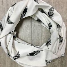 Hyrrr tää kesä jatkuu sen verran viileänä ettei tuubihuivi ole yhtään liioittelua!  Kuva: @susan_design . . . #susandesign #tuubihuivi #scarf #feather #kotimainen #madeinfinland #raisio #hipdesignkuja