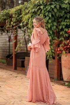 Pare de procurar, nossa loja é especialista em vestidos de festas, temos todos os modelos longos para você ser a mais linda da festa. Paleta de cores? nós temos, modelos com babado, bojo, longos finos e leves. Compre em até 3x sem juros. Linen Dresses, Cute Dresses, Beautiful Dresses, Casual Dresses, Fashion Dresses, Girls Dresses, Maxi Gowns, Evening Dresses, Summer Dresses