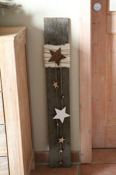 All Details You Need to Know About Home Decoration - Modern Christmas Mood, Christmas Star, Diy Crafts To Do, Handmade Christmas Decorations, Candle Sconces, Cosmos, Ladder Decor, Wall Lights, Rustic