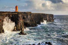 5. Faro Svörtuloft, Snaefellsnes, Islandia  ¡Vamos a introducir algo de color! En Islandia la mayoría de faros son de colores, y uno de los más populares es el vibrante naranja. Un buen ejemplo es el faro de Svörtuloft, que se eleva al borde de unos acantilados de esos que te cortan la respiración.