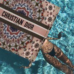 Christian Dior Book Tote KaleiDiorscopic Bag Pink Replica Handbags, Handbags Online, Pool Fashion, Dior Bags, Louis Vuitton Shoulder Bag, Instagram Summer, Street Look, My Bags, Clutch Bag