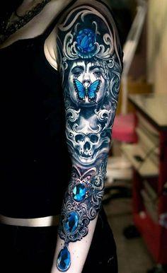 tatouage papillon 3d, débardeur et pantalon noir, tatouage sur le bras avec silhouette féminine