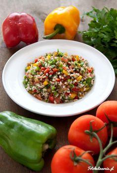 Lekka i bardzo zdrowa sałatka z pęczaku, kolorowych papryk, pomidora i natki pietruszki. Pełna witamin i minerałów.