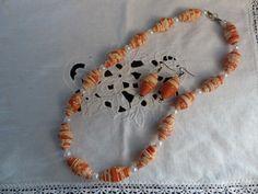collana e orecchini di perle di carta fatte con una vecchia carta da parati