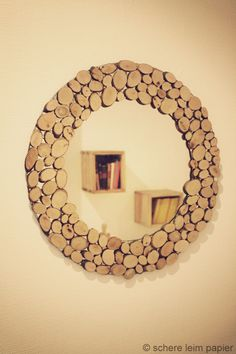 Wer einem ungeliebten Spiegel ein neues Aussehen verpassen möchte, kann ihn mit Naturholzscheiben verschönern. Zu kaufen gibt es sie im Bastelladen oder im Internet meist gemischt in unterschiedlic...