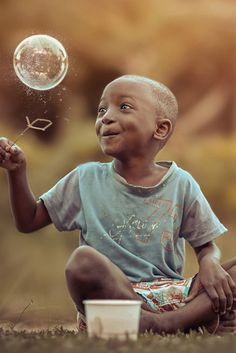 The wondrous world of a soap bubble - Adrian McDonald, Jamaican Photographer Captures the Beauty and Innocence of Childhood - My Modern Met Bonheur Simple, Jolie Photo, People Of The World, Happy People, Beautiful Children, Little People, Make You Smile, Life Is Beautiful, Cute Kids