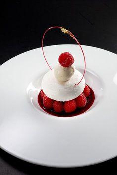 Dessert avec des framboises, de la meringue, une petite boule de glace, et des décorations+une présentation magnifiques !