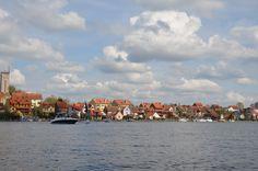 Jezioro w Mikołajkach i widok na miasteczko