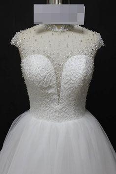 Vestido de noiva princesa, rendado e bordado em pedrarias no corpete e nas costas, gola alta, saia de tule. Via Brasil Noivas.