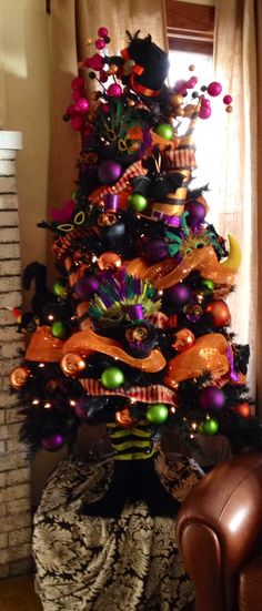 Cheap And Easy Indoor Halloween Decorating Ideas – Spooktacular Trees - Real Time - Diet, Exercise, Fitness, Finance You for Healthy articles ideas Halloween Christmas Tree, Holiday Tree, Spooky Halloween, Holidays Halloween, Halloween Crafts, Holiday Crafts, Holiday Fun, Happy Halloween, Halloween Decorations