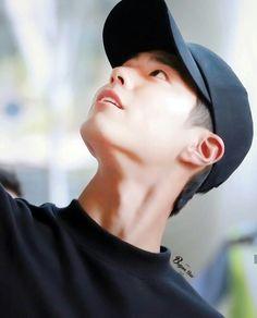 Black shirt and black cap are Korean male star weapon. And it also true for Credit as tags. Asian Actors, Korean Actors, Dramas, Park Bo Gum Wallpaper, Lee Hyun Woo, Lee Jong Suk, Park Bogum, Jin Park, Song Joong