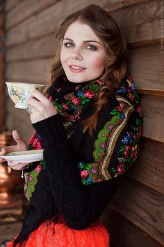 Pavlovo Posad russian shawl wool with silk fringe Russian Beauty, Russian Fashion, Folk Fashion, Fashion Show, Style Russe, Eslava, Scarf Display, Today's Fashion Trends, Girly Girl Outfits