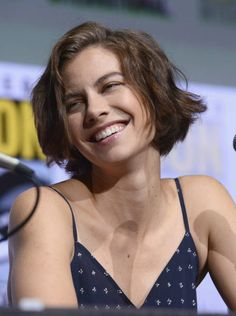 Actor Lauren Cohan speaks onstage at Comic-Con International 2017 AMC's 'The Walking Dead' panel at San Diego Convention Center on July 2017 in San Diego, California. Lauren Cohan, Batman Vs Superman Cast, The Walking Dead, Maggie Greene, Lauren Graham, Great Smiles, Short Bob Hairstyles, Pin Up Girls, American Actress
