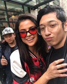 @selenagomez Selena Gomez with fans in New York [February 8] #SelenaGomez con fans en Nueva York [Febrero 8] #Selena #Selenator #Fans #NYC   #Selenators #BestFanArmy #iHeartAwards