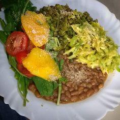 O almoço hoje foi essa maravilha de baroa e abobrinha crudívora que minha sogra @mfatimatorres fez! Super saborosa! Além disso teve lentilha com brócolis e gergelim, feijão, salada de rúcula, tomate e manga. Por cima #queijoparmesaovegano feito de #castanhadopara 💚💚💚 #vegan #veganfit #veganfood #veganfoodporn #veganpornfood #whatvegansdrink #whatveganseat #govegan🌱 #govegan #vegano #veganmuscle #veganfighter #vegangirl #vegangirls #veganguys #veganboys #musculacaofeminina #fitness…