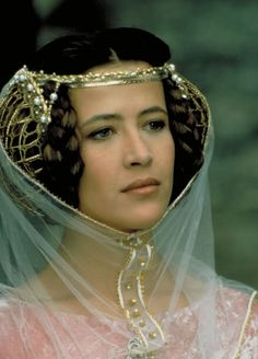 "Sophie Marceau as Princess Isabelle (ca.1295-1358) in ""Braveheart"" - The crispinette (or caul) was a network cap to confine the hair. These caps were shaped like bags or like hairnets. They were made of gold or silver mesh or hand woven silk."