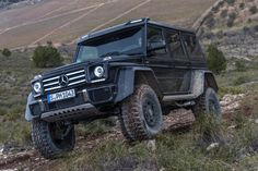Mercedes G500 4x4 goes off-roading