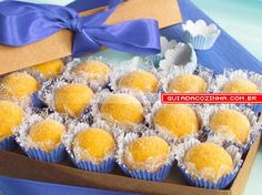 Receita de Brigadeiro de maracujá Mini Desserts, Sweet Desserts, Chocolate Desserts, Sweet Recipes, Dessert Recipes, Brazillian Food, Brazilian Dishes, Portuguese Desserts, Party Sweets
