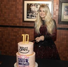 Carrie Underwood at her 10 year Opry anniversary! Modern Country Music, Country Music Singers, Country Artists, Carrie Underwood Mike Fisher, Carrie Underwood New Album, Singer Fashion, Queen Of Everything, All American Girl, Grand Ole Opry