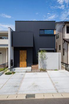 【外観】 外観は黒いガルバリウム鋼板に木目をポイントで配置し、玄関横の袖壁と道路からの目隠しとなるアクセントウォールを白い塗り壁にすることで、プライバシーを守りつつ建物と外構計画を合わせた一体感のあるデザインとしました。