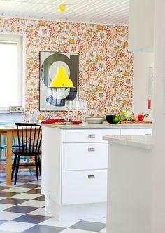 Hemma hos i Loft Kitchen, Kitchen Interior, Kitchen Dining, Kitchen Decor, Retro Wallpaper, Colorful Wallpaper, Colorful Interior Design, Colorful Interiors, Retro Tapet