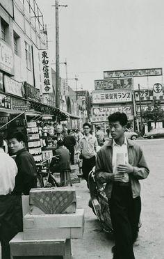 秋葉原駅から中央通り方面。蛍光灯が主力商品だったのかな。(1956)