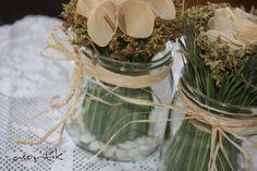 DIY nutella kavanozu, bir demet çiçek, biraz taş, biraz doğal rafya... basit ama etkili güzellikler...