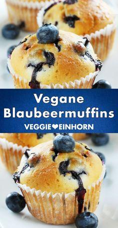 Schnelle vegane Muffins backen mit diesem einfachen Rezept. Die Blaubeermuffins sind saftig, locker und fluffig. Das Rezept ist ohne Ei, ohne Milch und ohne Butter. Die leckeren Muffins mit Beeren sind vegan und laktosefrei. Sie gelingen mit frischen Heidelbeeren, Blaubeeren aus dem Glas oder tiefgekühlten TK Blaubeeren. Die Muffins sind einfach zu backen und sehr beliebt. Alle essen sie gern. #VeggieEinhorn #schnell #vegan #muffins Simple Muffin Recipe, Healthy Muffin Recipes, Donut Recipes, Vegan Recipes, Vegan Blueberry Muffins, Blue Berry Muffins, Nutella, Gateaux Vegan, Lemon Desserts