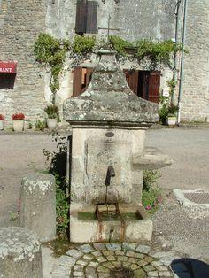 Une fontaine à Mortemart,village classé dans les plus beaux villages de France en Haute-Vienne-Limousin.