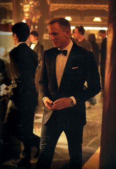Daniel Craig as James Bond in Skyfall. Tuxedo has a lower button stance and is single-vented, typical of all the Tom Ford suits he wears in the film. Daniel Craig James Bond, Daniel Craig Suit, Craig Bond, Rachel Weisz, Look Fashion, Mens Fashion, Skyfall, Clark Kent, Raining Men