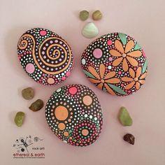 De la mano las rocas pintadas, piedras pintadas, arte rupestre, Natural Home Decor, diseño inspirado en el Mandala, el arte de piedra, campos de colección de color Trio #63