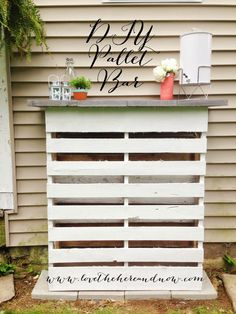 DIY Pallet Bar (@jillappleby - it's on the to-do list for this weekend!!)